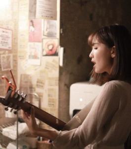YOASOBIボーカル幾田りらのギターの種類やメーカーがわかる画像